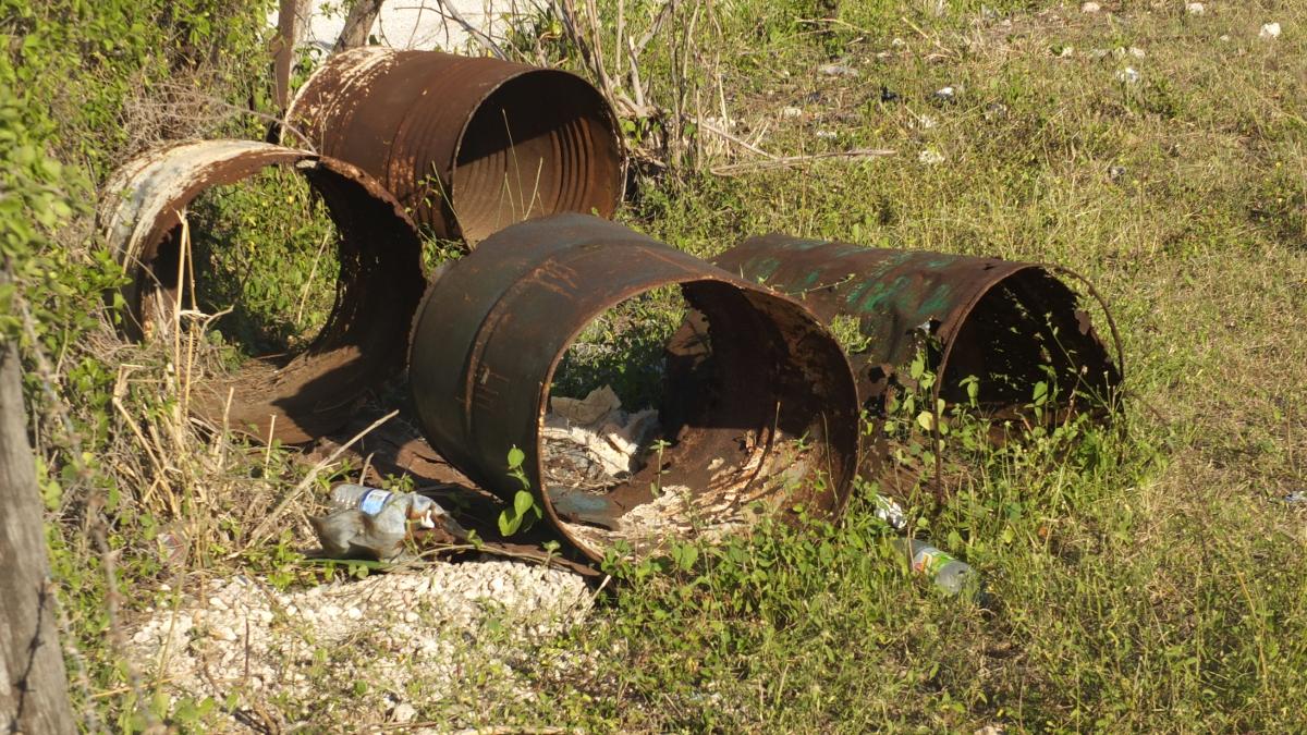 Rohre-Tonnen-Rostig
