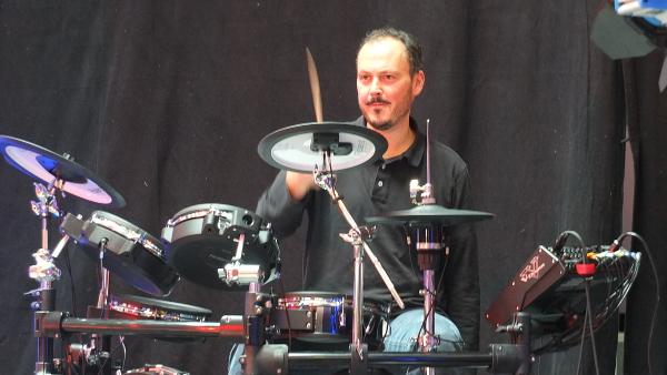 Jazz-Schlagzeuger Guido May während der Uraufführung von 'Little CRUNCS symphony No.1'