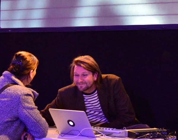 Tobias Schmitt nach seiner Performance im Gespräch mit einer Teilnehmerin