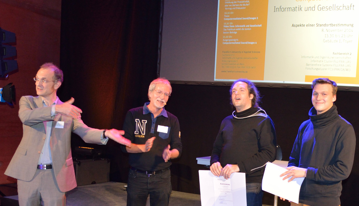 Video--Slam Preisverleihung: Wie man sieht, herrschte eine gute Stimmung. Von links nach rechts: die Professoren Schäfer und Doeben-Henisch mit den Preisträgern Siegfried Kärcher und Tom Pluemmer