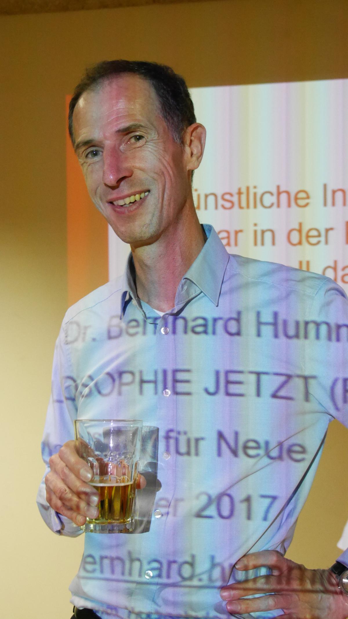 Bernhard Humm, während der Pause, eingetaucht in virtuelle Beschriftung