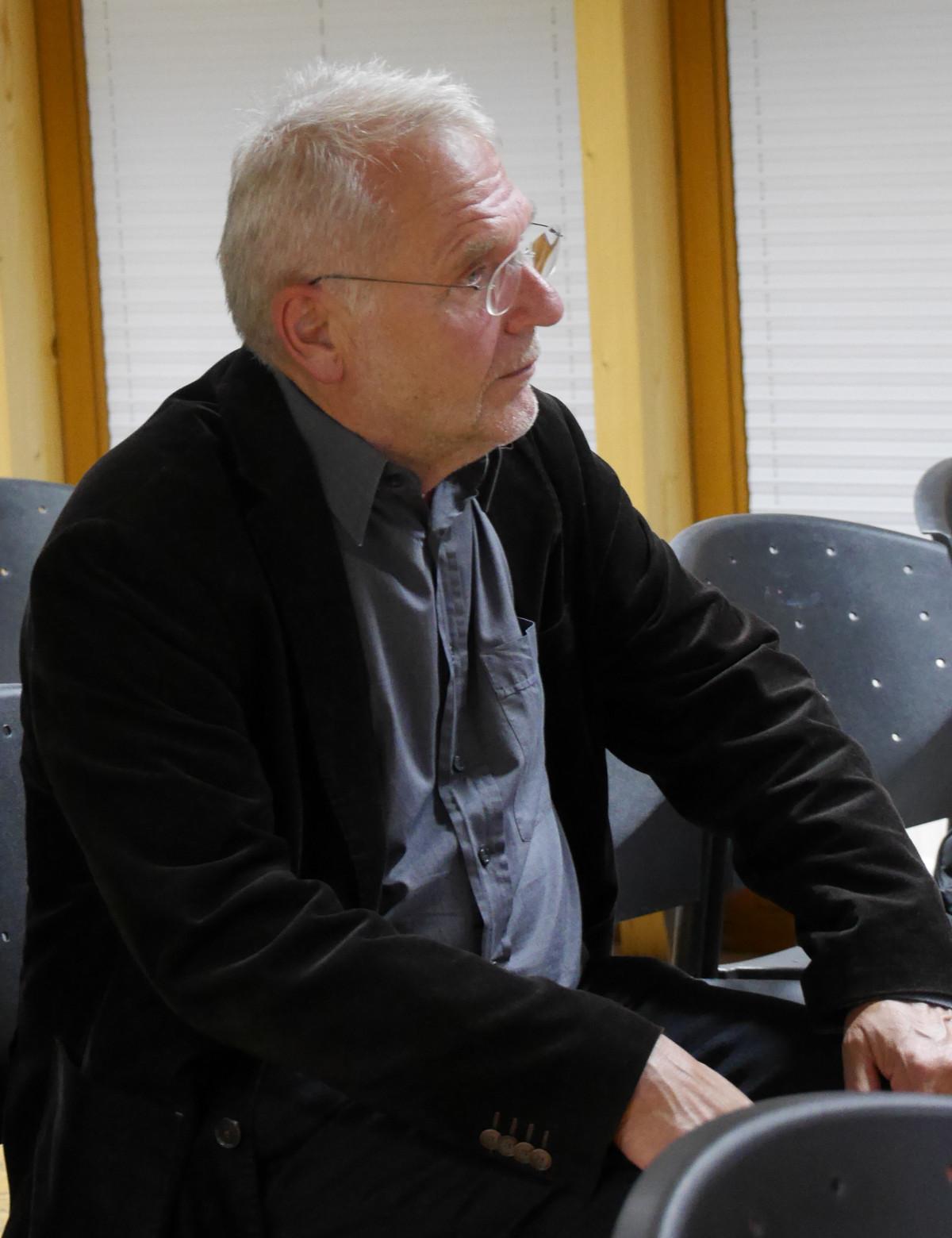 Jürgen Hardt, ein Experte für Psychoanalyse und Psychotherapie, hört hier aufmerksam zu
