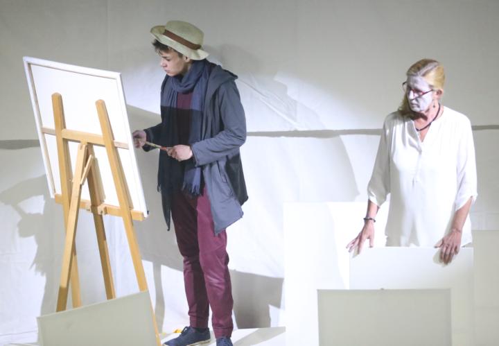 Der Künstler (Leon Bornemann, Autor und Regisseur) zu Beginn in seinem Atelier mit einer seiner Figuren
